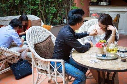 Mẫu Việt cho bạn trai nhìn… ngực giữa quán cà phê