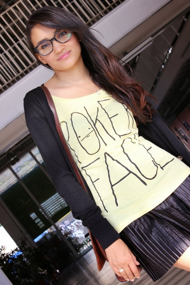 camiseta memes, camiseta poker face, saia plissada, look colegial, sapatilha amarela, camiseta renner, cardigã marisa