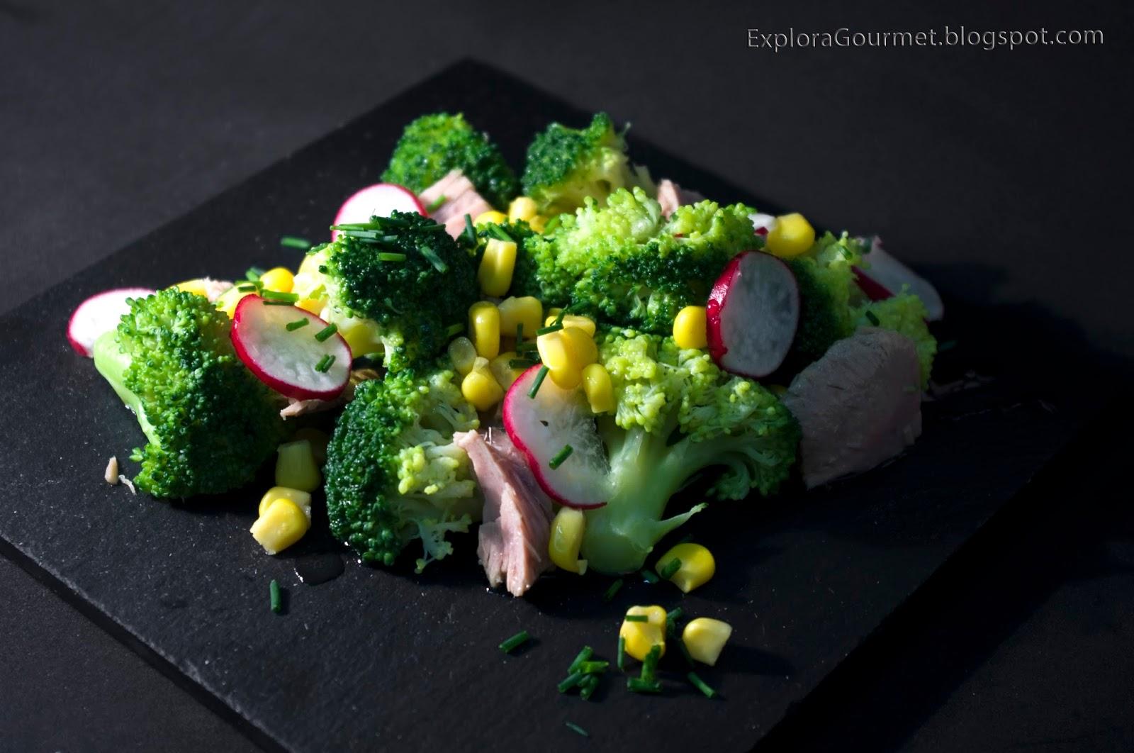 Ensalada de brócoli y atún con rabanitos y maíz
