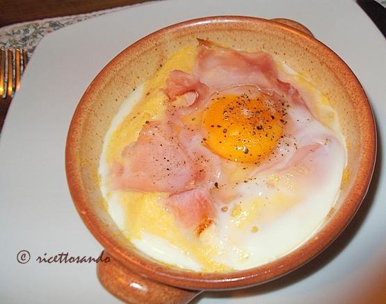 Polenta ricca polenta ripassata a forno arricchita di uova, formaggi e prosciutto