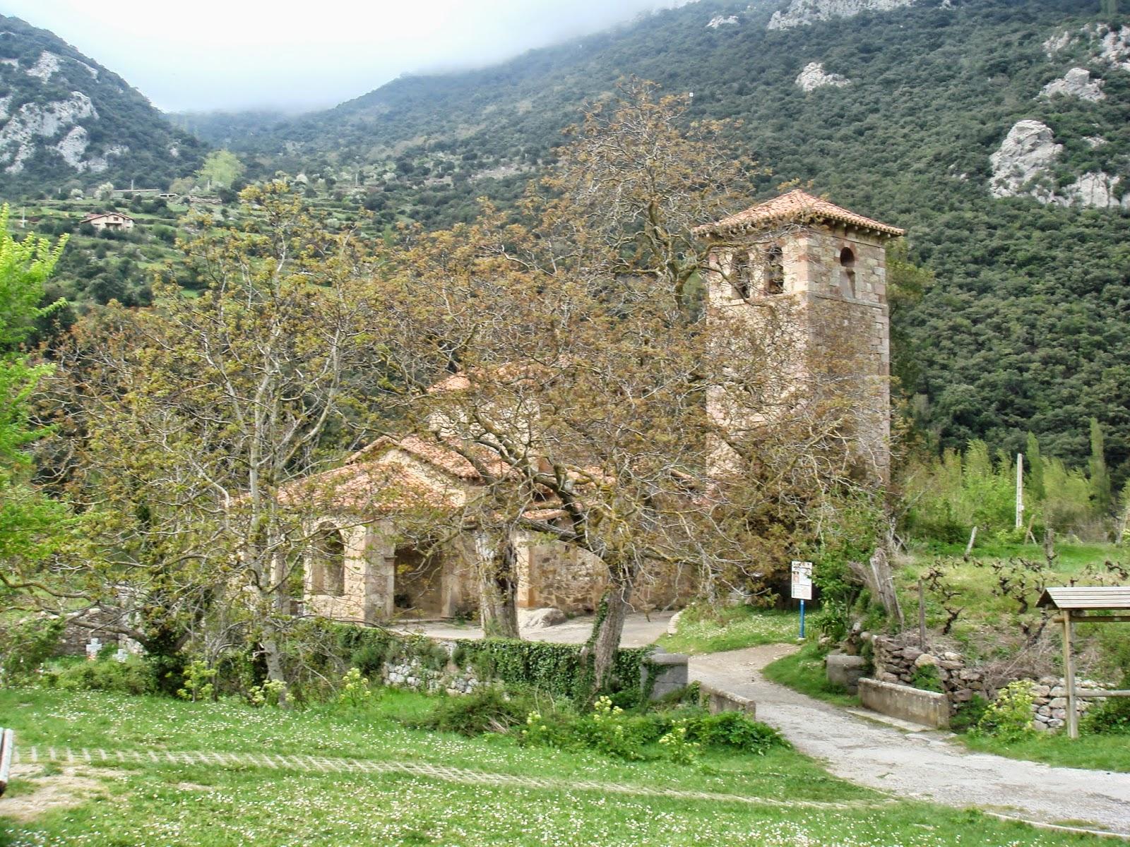 Santa María de Lebeña exterior a distancia