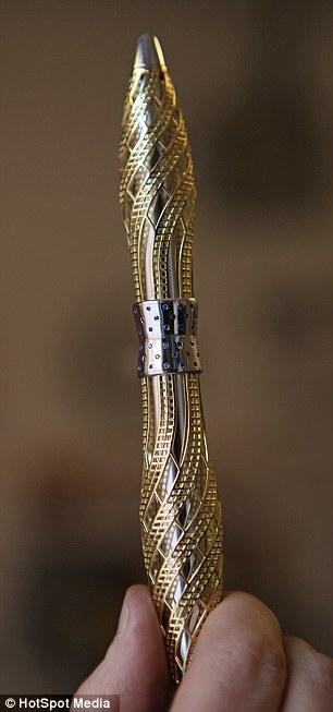 Pen emas putih bertatah 76 butir berlian bernilai 27,000 pound (RM133,000)