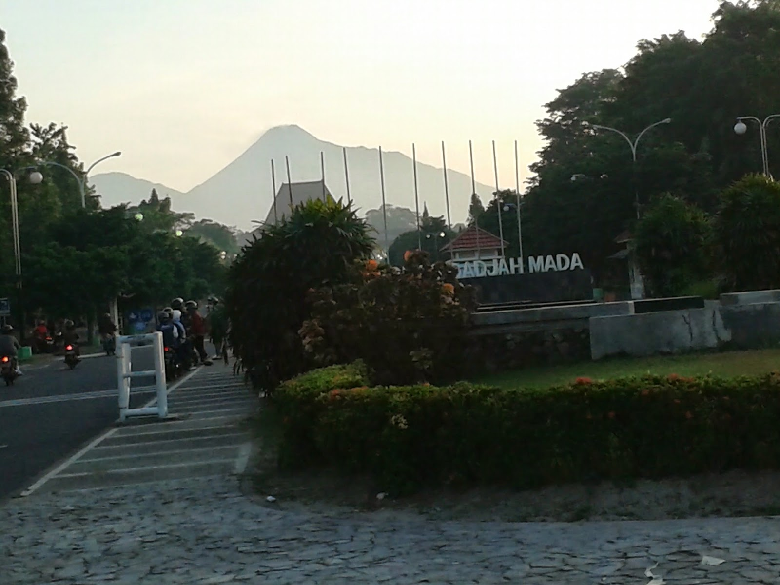 Gunung Merapi dan Merbabu terihat pagi ini