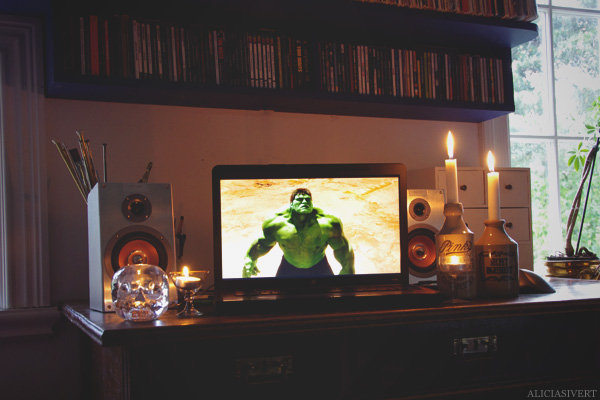 aliciasivert, alicia sivertsson, the hulk, movie, film, computor, candle, candles, hulken, film, dator, tända ljus, stearinljus, skrivbord