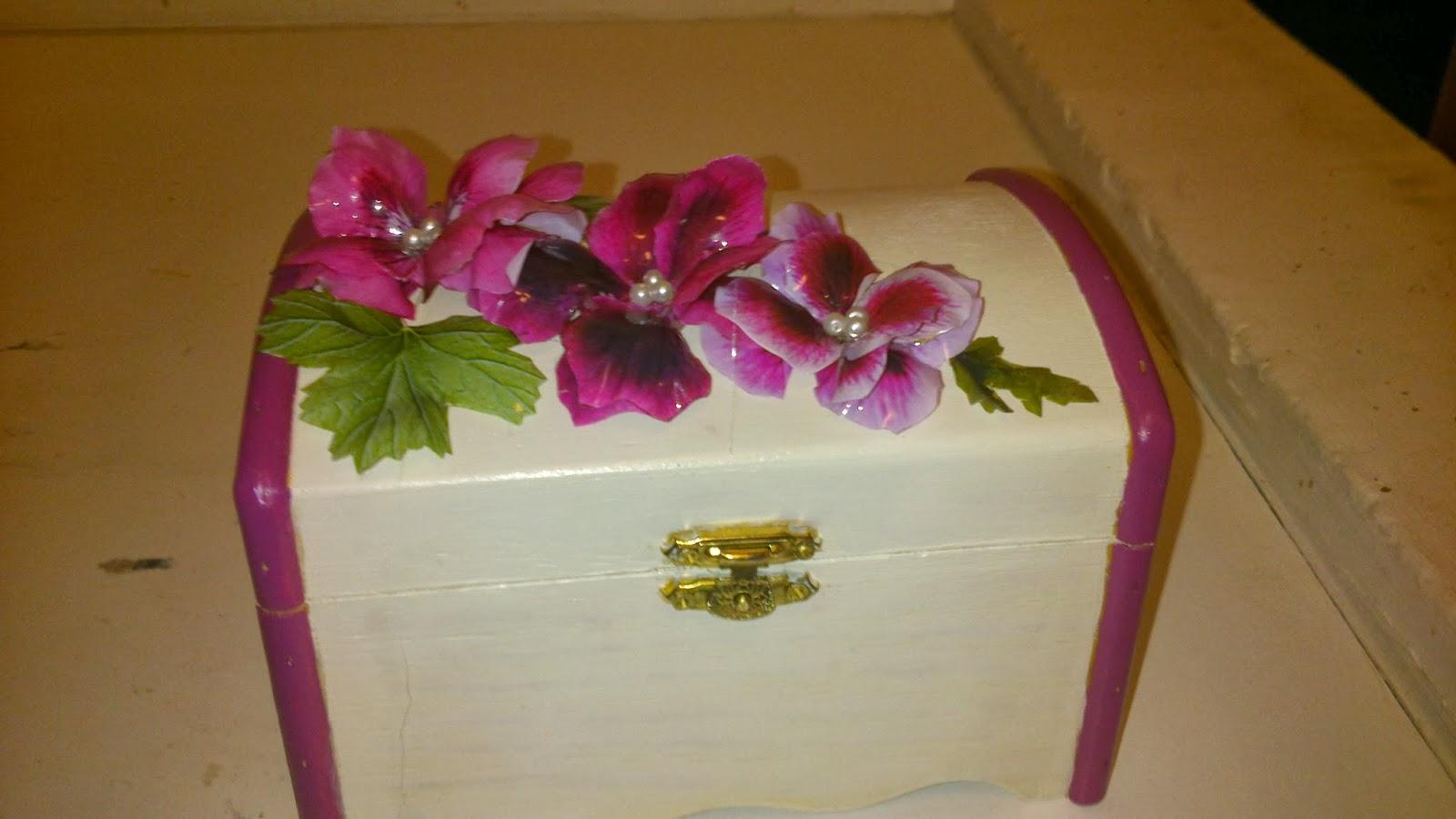 Las manualidades de carmen baul decorados con flores sospeso - Como decorar un baul de madera ...