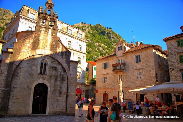 Площадь Святого Луки. Слева вход в церковь.