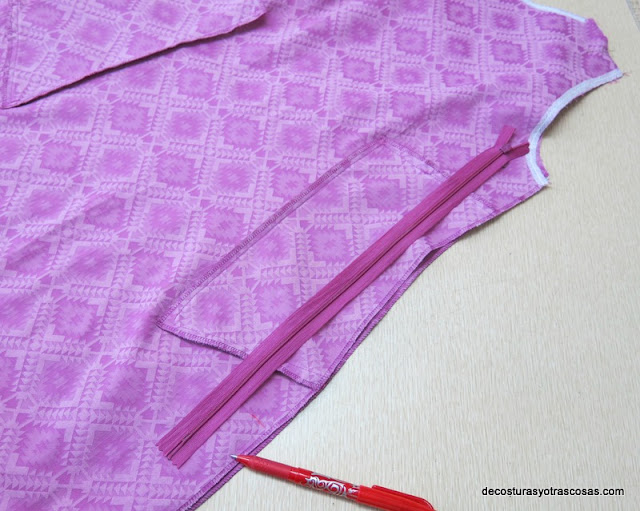 cremallera en la costura lateral del vestido