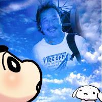 Crayon Shinchan kartun Shin-chan adalah serial manga dan anime karya Yoshito Usui Tokoh utamanya adalah seorang bocah berusia lima tahun, ia murid taman kanak-kanak yang sering membuat ulah, dan membuat repot semua orang di sekitarnya.  Crayon Shinchan pertama muncul pada tahun 1990 secara mingguan di majalah Weekly Manga Action, yang diterbitkan oleh Futabasha. Crayon Shin-chan mulai ditayangkan oleh TV Asahi pada 13 April 1992. Di Indonesia, komik Shin-chan diterbitkan oleh Indorestu Pacific (sebelumnya pernah pula diterbitkan Rajawali Grafiti dengan judul Crayon). Anime Crayon Shin-chan di Indonesia pernah ditayangkan oleh stasiun televisi Trans 7 dan saat ini ditayangkan oleh RCTI -  Sinopsis  Tokoh kartun ciptaan salah satu kartunis asal Negeri Sakura ini memang sedang jadi pembicaraan hangat di kalangan masyarakat Indonesia. Tidak kalah menariknya dengan berita-berita kekacauan politik yang juga sedang membara. Tidak juga beda dengan tokoh politik kita, Crayon Sinchan juga mendapat dukungan dari sebagian kelompok masyarakat dan sekaligus mendapat kecaman dari yang lain.  Sejak awal masa edarnya, grafik penjualan buku komik Crayon Sinchan memang menunjukkan pergerakan yang sangat progresif. Dalam waktu yang relatif singkat, ketenaran tokoh yang menggambarkan sosok anak usia balita ini telah berhasil merebut hati anak-anak dan juga orang dewasa. Sinchan terbukti tidak hanya dapat bersaing dengan tokoh politik, bahkan ketenaran Joshua yang telah lebih dulu kita kenal sebagai selebritis cilik itupun mulai digoyahkannya. Sampai di sini, mungkin membingungkan, kemana arah pembicaraan tulisan ini. Apa hubungan tokoh kartun Crayon Sinchan dengan tokoh politik, Joshua dan judul tulisan ini. Di sinilah permasalahannya, coba amati baik-baik, dapatkah anda menemukan benang merah antar tokoh di atas?  Benang merah penghubung ketiganya, yang saya temukan adalah topeng. Sinchan seolah menjadi begitu hebat bila sedang bergaya a la pahlawan bertopeng. Tokoh politik kita merasa