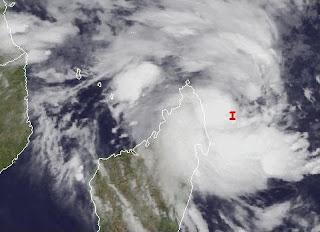 System 92S bei Madagaskar wird voraussichtlich zum Zyklon IRINA - Mauritius nicht in Gefahr, Irina, aktuell, Satellitenbild Satellitenbilder, Madagaskar, Indischer Ozean Indik, Zyklonsaison Südwest-Indik, Februar, 2012,