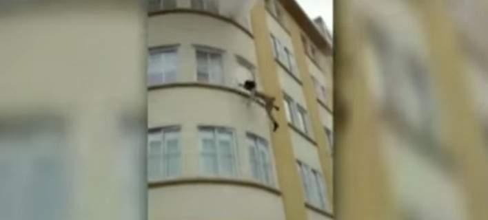 Πήδηξε από τον τρίτο όροφο και σώθηκε [βίντεο]