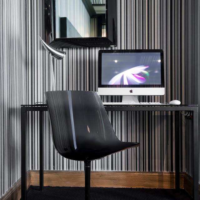 Schreibtisch im Zimmer des La Monnaie Art & Spa Hotels
