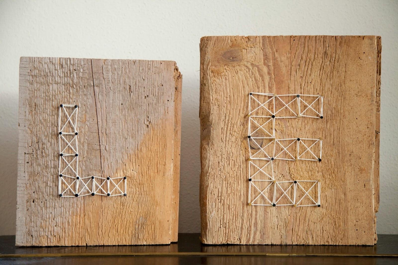 fadenbild mit initialen auf einer altholz platte. Black Bedroom Furniture Sets. Home Design Ideas