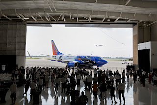 Crowds gather to look at the latest Southwest Airlines livery [Photo: Southwest Airlines]