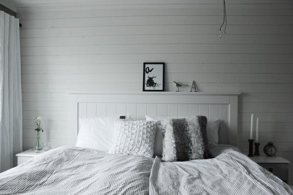 Sovrum i vitt och grått. Eightmood påslakan. print i svartvitt, poster svart och vit, poster med text, print med text, huvudgavel av trä, vit huvudgavel, vitt sovrum, renoverat sovrum i vitt, Kuddar som dekoration i sängen. Vit virkad kudde från Mio. Svart och vit tavla med text på väggen i sovrummet. Inredning sovrum i vitt och grått. Inspiration sovrum. Sänggavel av vita brädor från Sova. Kontinentalsäng Tempur från SOVA. Liggande vit panel på väggen. renoverat sovrum 2013. Ljusstakar i trä. Vita sängbord Smögen.