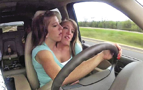 ABBY dan Brittany mampu bekerjasama memainkan tugas masing-masing memandu kereta seperti orang biasa.