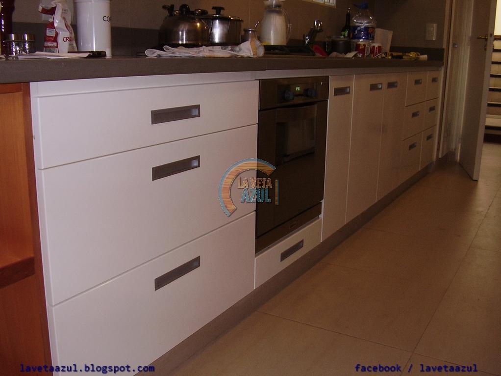 la veta azul mueble de cocina laqueado en blanco brillante
