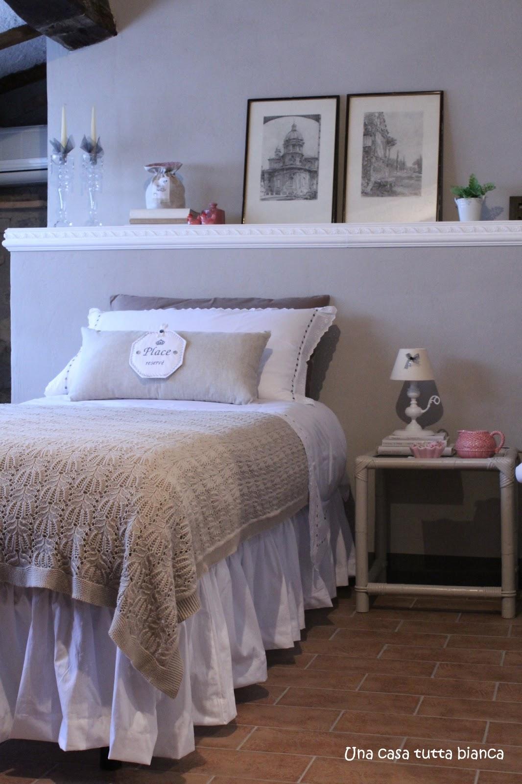 Una casa tutta bianca il letto vestito di nuovo - Coprirete letto ...