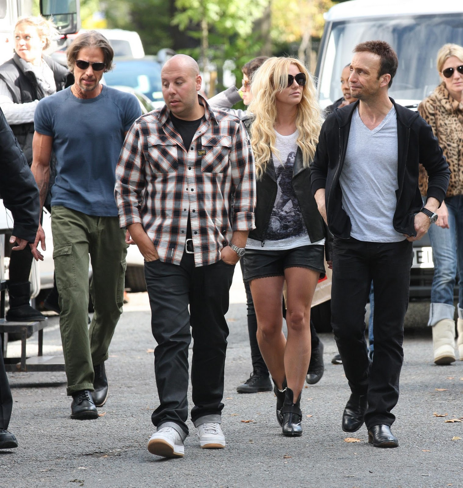 http://1.bp.blogspot.com/-0UDJOuIAj-0/TndyCnCtCPI/AAAAAAAAD9s/sFIAapcuwns/s1600/Just-spotted-Britney-Spears-in-Dalston-with-a-gun-no-biggie6.jpg