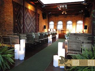 casamento, rústico, velas, cais do oriente, paredes tijolos, cadeira palha, mini arranjos flores brancas