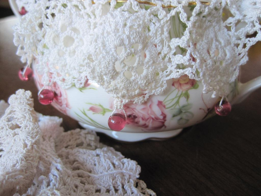 Jenny of ELEFANTZ: Let\'s do things with doilies...