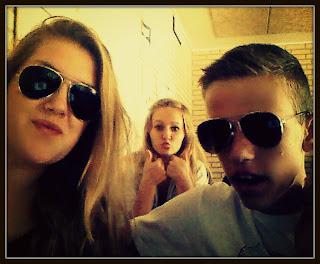 Når vi sidder i klassen MED solbriller i den ulidelige hede!