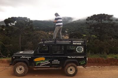 A neblina embranquece os montes verdes: ar puro e renovador sobre a capota de um Land Rover.