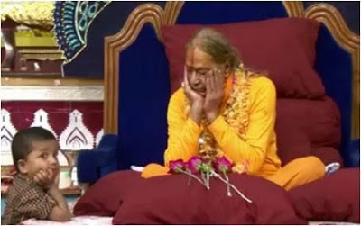 Kripaluji Maharaj with child during sadhana program