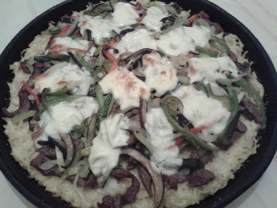 Pizza de carne y vegetales con base de tallarines