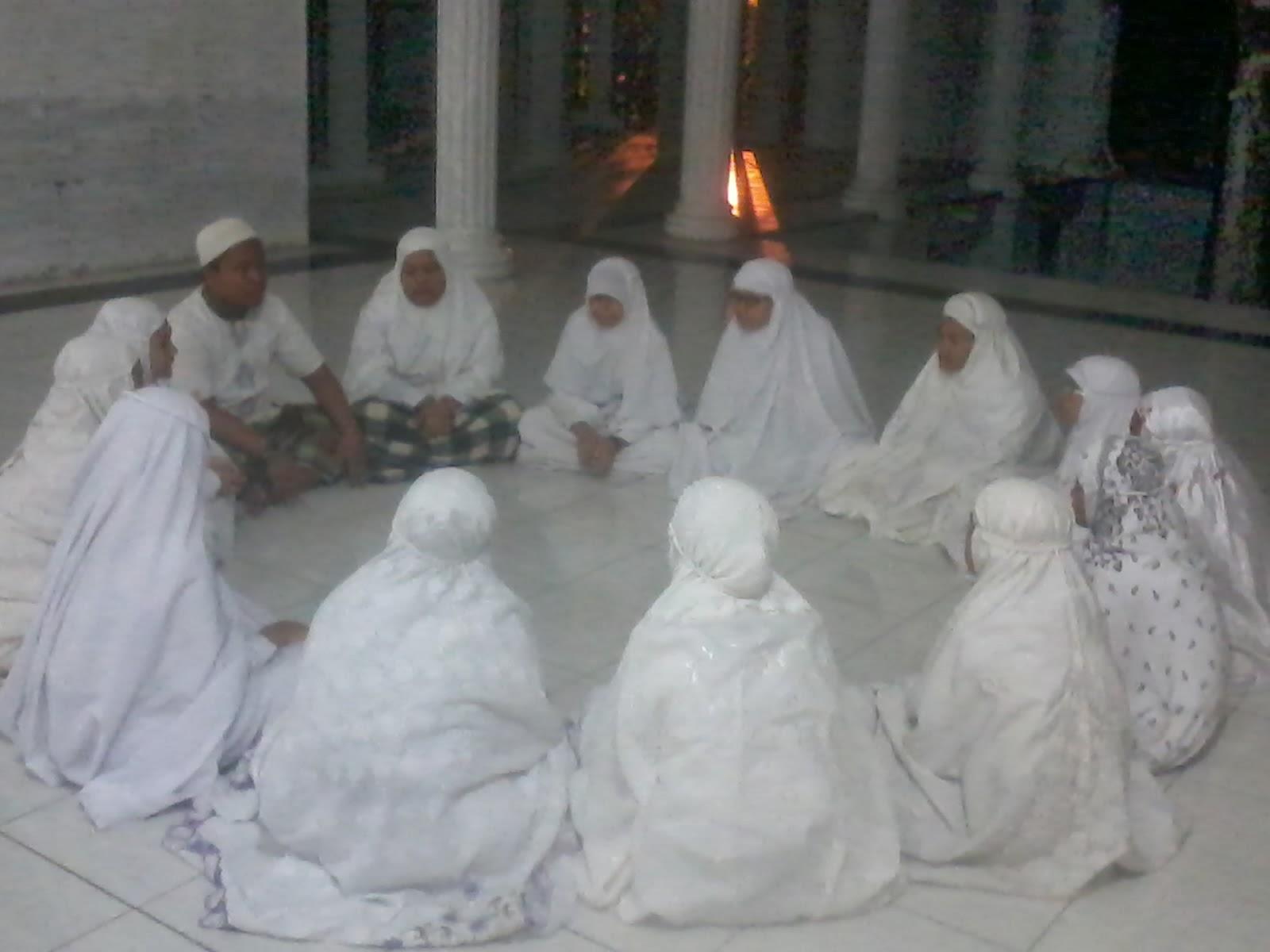Ust Zulfan S PdI saat memberikan teori tentang Thaharah kepada peserta malam Ibadah kelas VII