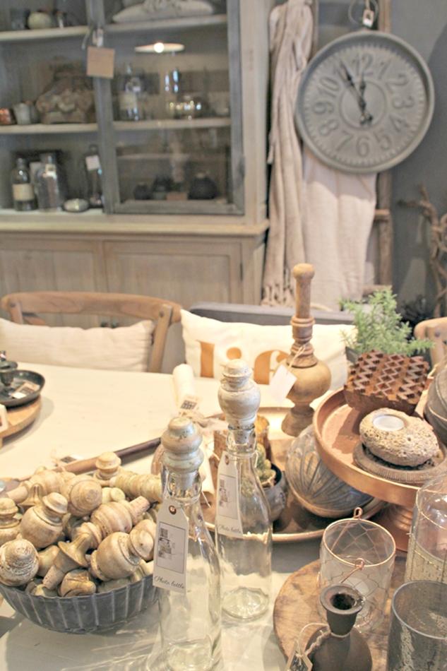 Tischdeko mit vielen durchsichtigen Flaschen