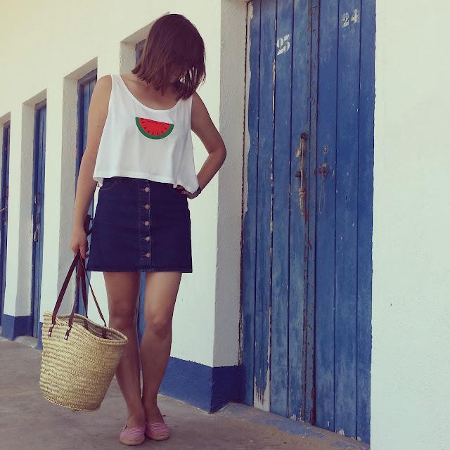 look con camiseta de carita bonita diseño sandia y corte crop top y falda seventies