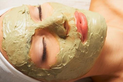 Đắp mặt nạ thảo dược trị mụn cám