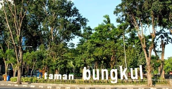 http://www.putraagungtravel.com/2014/04/tempat-wisata-surabaya.html