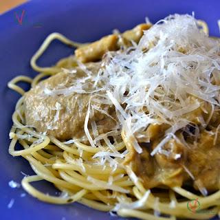 Espagueti con salsa de boletus y parmesano rallado.