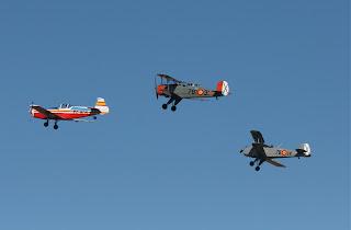 Grup d'avions de l'FPAC en formació sobrevolant la pista principal de l'Aeroport de Sabadell.
