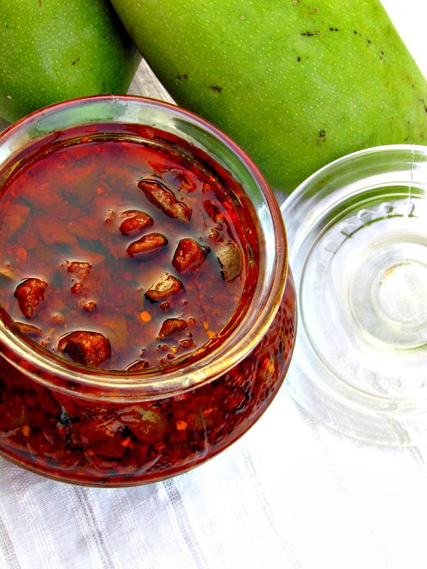 Mango pickle/Maangai oorugai