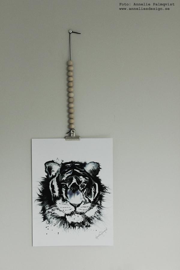 konsttryck, tiger, posters, poster, print, prints, tigrar, tavla, tavlor, kaktus i påse, porslins hand, trälådor, på väggen, artprint, artprints, annelies design & interior, anneliesdesign, svart och blått, gråmålad vägg, gråa väggar, vägg, väggen, ateljé, upphängning, webbutik, webbutiker, webshop, nettbutikk, nettbutikker, plakat, plakater,