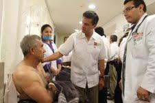Enrique Peña Nieto visita en el hospital a los accidentados en Campeche.