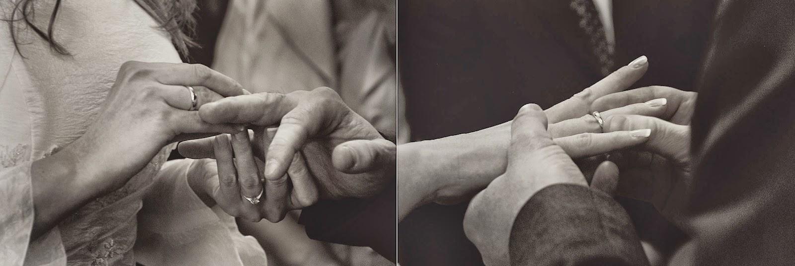 Wkładanie obrączek przez Parę Młodą na ślubie