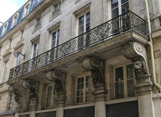 Balcon à console à tête de lion, 6 rue de Valois à Paris