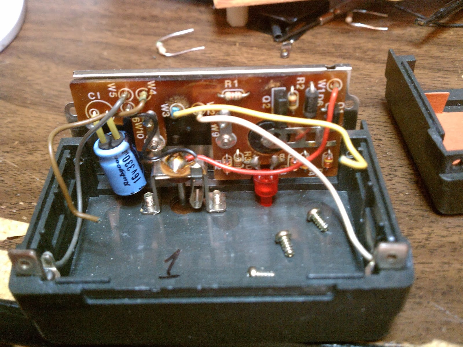Icom Ic 2at Battery Eliminator The Kodetroll Spot Circuit Pictures This Is Removed 7 Cell Nicad Pack Particular One An Aftermarket Replacement Indicating That Has Been Rebuilt At Least
