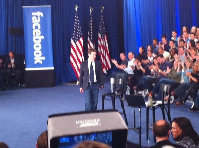 zuck stage [UPDATE] Foto   Foto Kunjungan Barrack Obama Ke Kantor Pusat Facebook