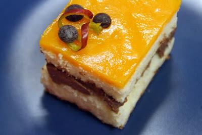 Bica rellena de chocolate al baileys con gelée de mango