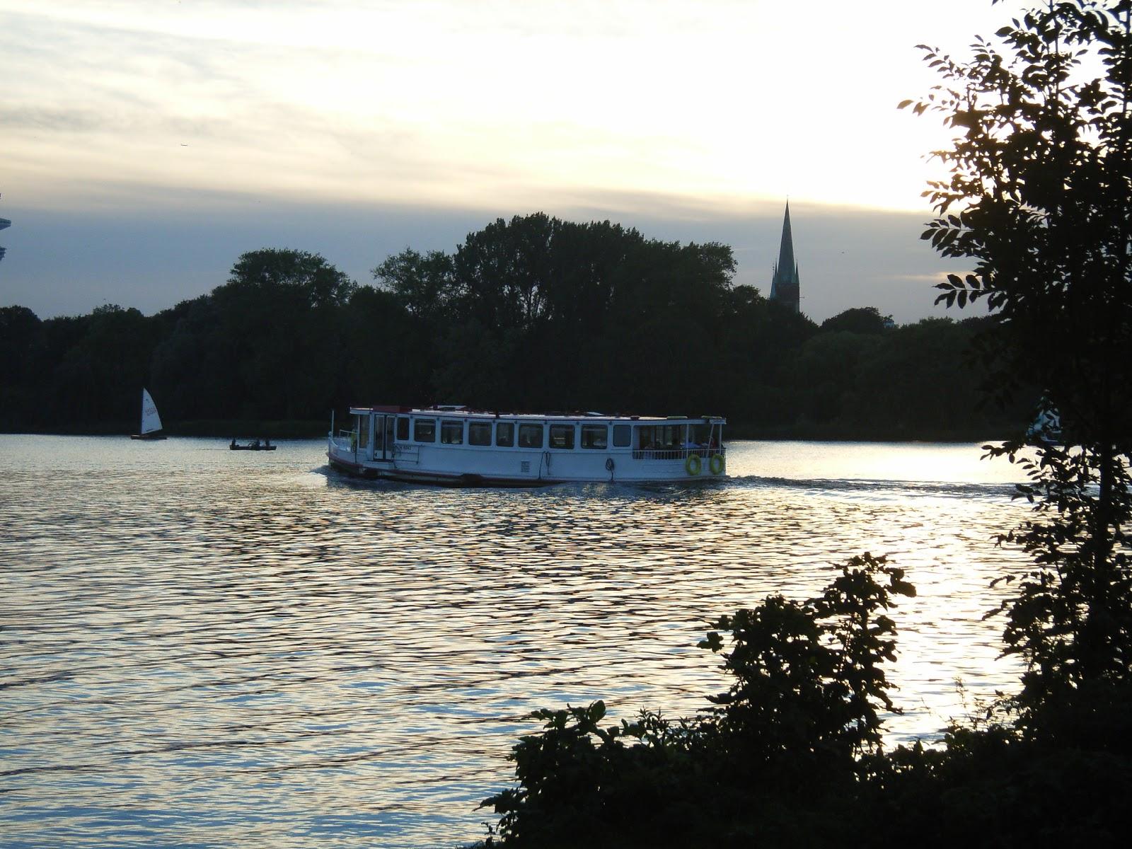 Alster - Fernsehturm - Segelboot - Ruderer - Alsterboot