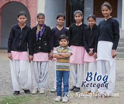 Guru kecil mengajar di sekolah India