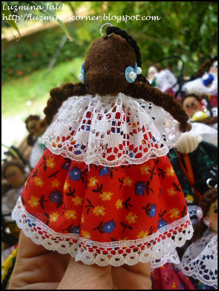 Tembleques de lentejuelas a colores y perlitas plásticas, su vestido de encajes, cinta y telas típicas de la montuna panameña.