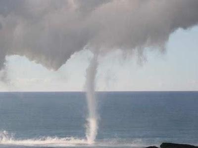 """Impresionante """"Tromba marina """" en el este del Lae`apuki- Hawaii"""