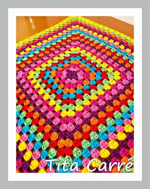 Os Squares coloridos formaram uma almofada para ler Agatha Cristie