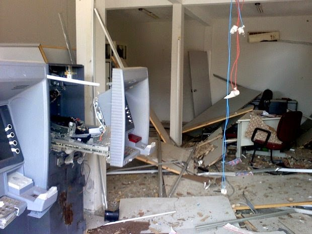 Quadrilha sabota viatura, atira em delegacia e explode caixas eletrônicos em Araçás (Foto: Divulgação/Polícia Militar)