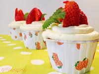 http://www.helllilablassblau.de/2014/05/cupcakes-mit-einem-mascarpone-erdbeer.html